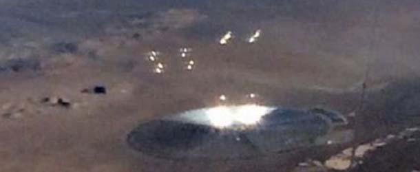 Pasajero de un avión fotografía un gigantesco OVNI lanzando esferas de luz cerca del Área 51