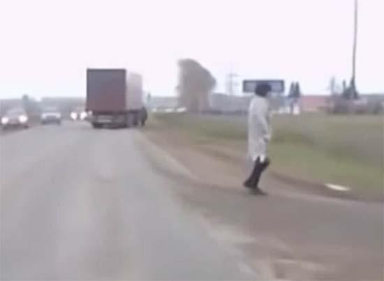 Téléportation de la Russie - une caméra de voiture enregistre le moment où un homme apparaît de nulle part sur une autoroute russe