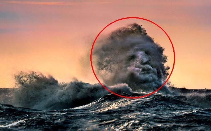 visage effrayant d'un lac canadien - Un photographe capture un visage fantomatique émergeant d'une vague dans un lac canadien