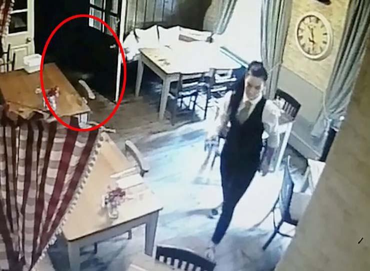 ghost nina - Une caméra de sécurité montre le fantôme d'une jeune fille qui poursuit la serveuse d'un pub anglais