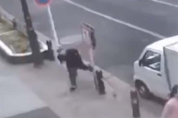 hombre teletransportandose en calle - Cámara de seguridad muestra un hombre teletransportándose en una calle delante de decenas de testigos