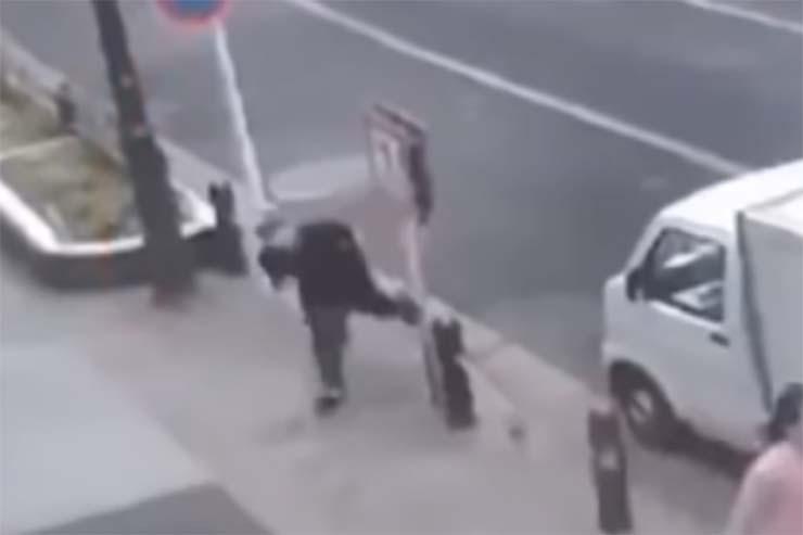 Homme se téléportant dans la rue - Une caméra de sécurité montre un homme se téléportant dans une rue devant des dizaines de témoins