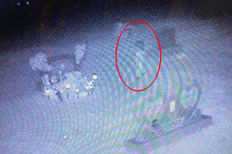 Fantôme d'une fillette de deux ans - Une caméra de sécurité capture le fantôme d'une fillette de deux ans assassinée en visite sur sa tombe
