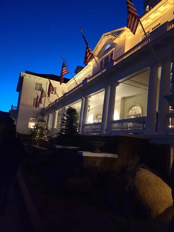 ghost hotel the shining - Une femme photographie le fantôme de la veuve blanche dans l'hôtel 'The Shining'