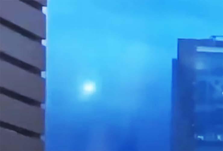 Concert d'OVNI en streaming - Un OVNI surprenant apparaît lors d'un concert en streaming