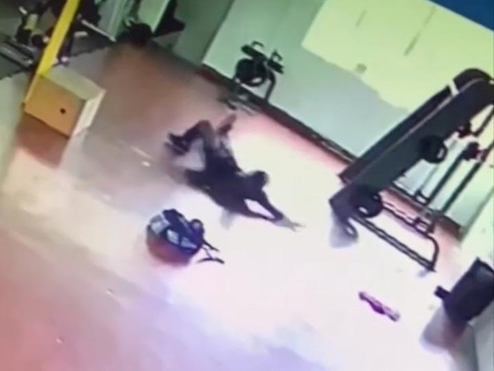 ghost man gym - Une caméra de sécurité montre le moment terrifiant où un fantôme attaque un homme dans le gymnase