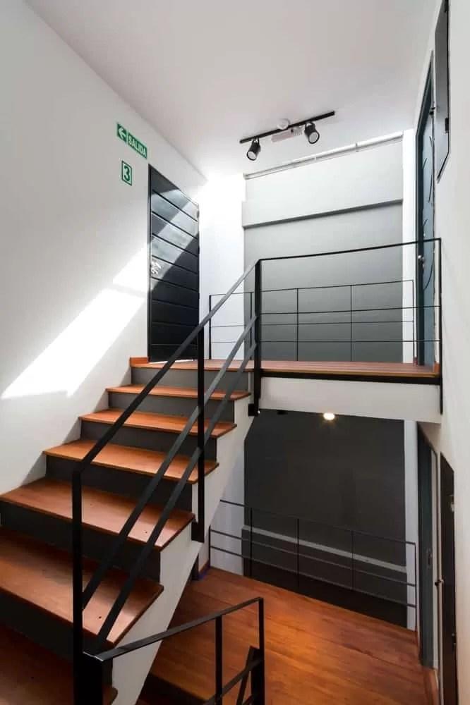 Departamento de tres pisos con fachada moderna