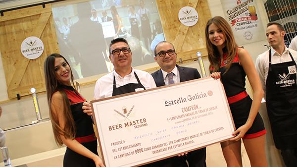 Javier Sánchez de Jerez recogiendo el premio