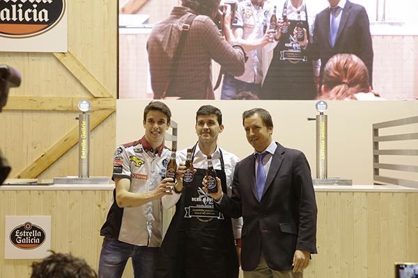 Álex Márquez entrega el premio del Campeonato Estrella Galicia BeerMaster