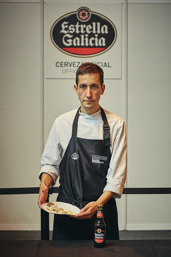 Diego Bello en el Salón Gourmets de Madrid con su plato, una merluza al vapor curada en agua de mar.