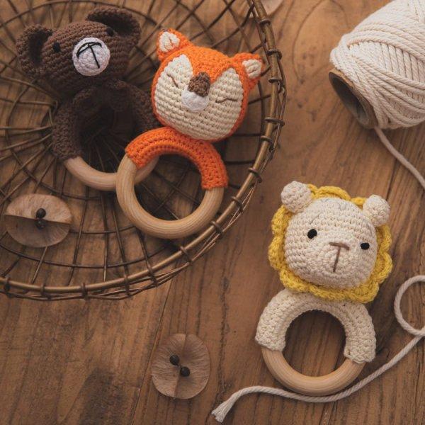 Chocalho e brinquedo infantil em crochê