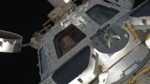 Ventana de visualización en la EEI (ISS) dañada por un meteorito