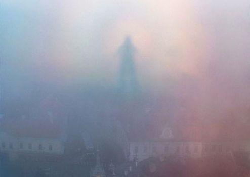 Figura fantasmal aparece en el cielo de la ciudad de Veszprem