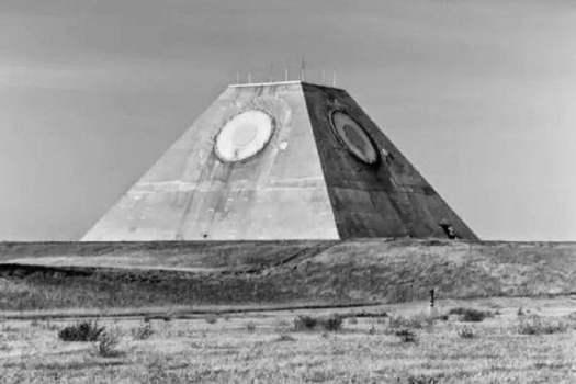 """Pirámide destapada con el """"Ojo que todo lo ve"""""""