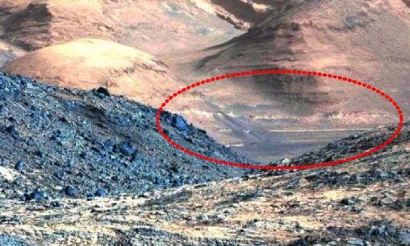 Estructuras poco naturales en una montaña en Marte