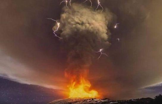 Relámpago volcánico increíble
