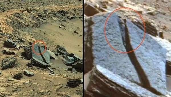Extraño ser alien con cabeza cónica en la superficie de Marte