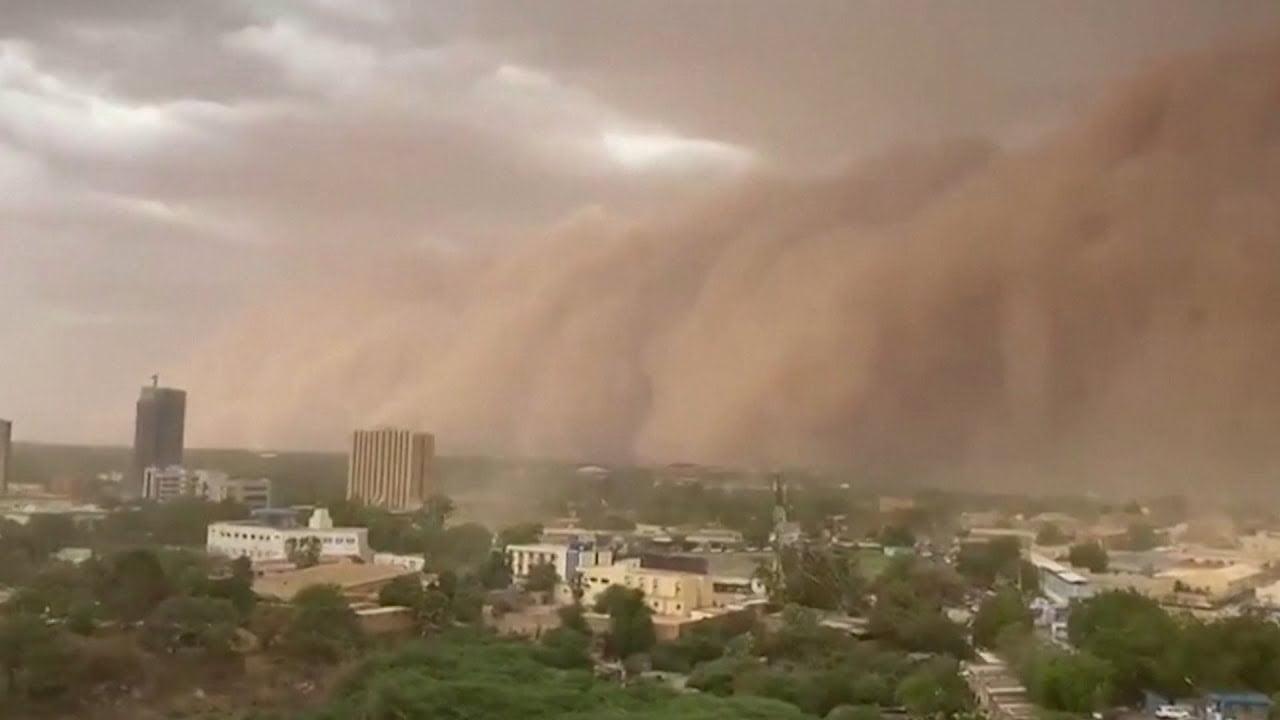 """Enorme nube de polvo """"apocalíptico"""" se extiende sobre la capital de Níger, Niamey (mayo 2020)"""