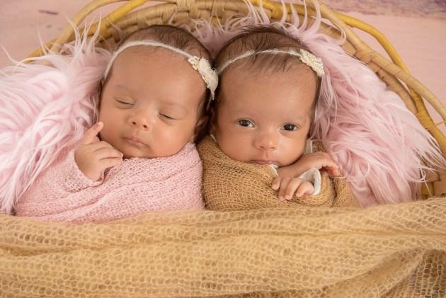 newborn de gêmeos