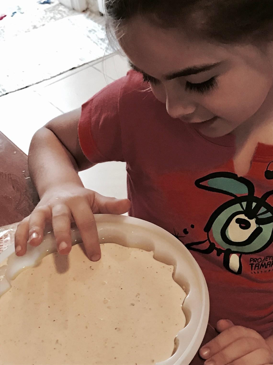criança independente na cozinha