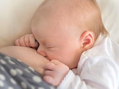 Como saber se o bebê está mamando o suficiente