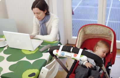 Como balançar o carrinho do bebê sem usar as mãos (ou os pés)