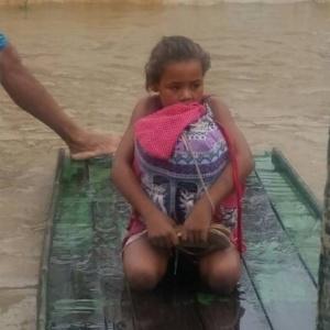 Menina salva livros de enchente em Pernambuco