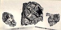 el objeto constaba de más de 20 ruedas de engranaje montadas en una caja de madera y era un «reloj calendario» que indicaba el movimiento de los cuerpos celestes. No hubo ningún mecanismo tan complejo como éste hasta los relojes del Reenacimiento de el siglo XV.