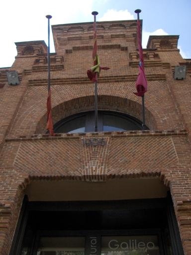 Puerta principal del centro cultural Galileo