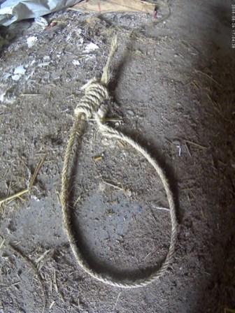 El lazo permanece en la planta baja tirado en el suelo, bajo la soga, cortado por la parte superior del nudo para poder descolgarlo, y por la zona del cuello, bajo el nudo, para quitárselo al inerte cadáver
