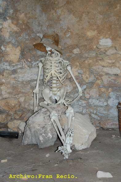 esqueleto en la entrada de valdellops - pueblos malditos españoles