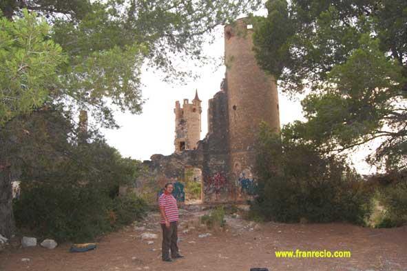 Selfie del autor del reportaje en frente de El castillo de la Muga