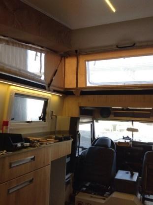 Foto interna com a pia e ao fundo, a cabine