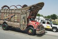 Ao lado dos caminhões decorados no Paquistão