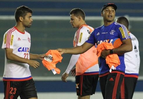 Deivid entrega colete, e Eduardo da Silva deve iniciar o jogo como titular. (Foto: Flamengo - Gilvan de Souza)