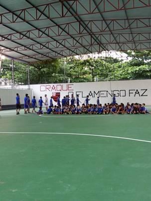 Jovens do futsal posicionando-se em quadra sob a nova cobertura (Foto: Talita Nunes)