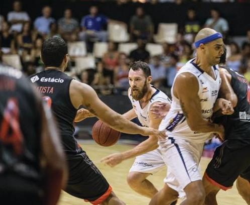 Bauru para na forte marcação do Fla. Foto: Bauru Basket