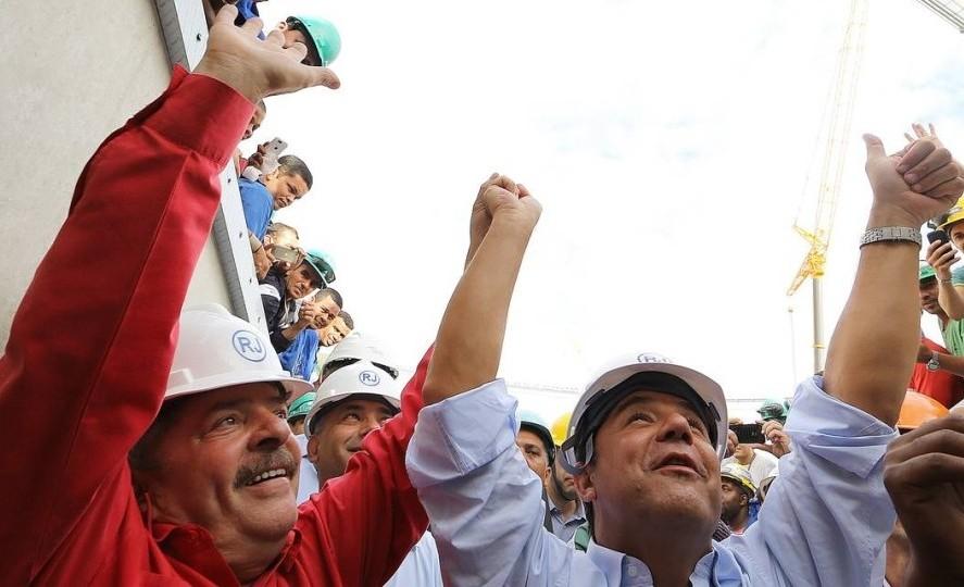 Cabral de mãos dadas com Lula: Maraca virou estádio de Copa do Mundo.