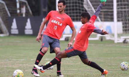 """Márcio Araújo é """"cumpridor"""", tem bons números e terá continuidade como titular"""