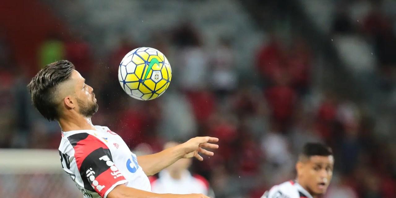 Arão e Diego comemoram o resultado e mantêm a esperança no título; Everton celebra sua volta