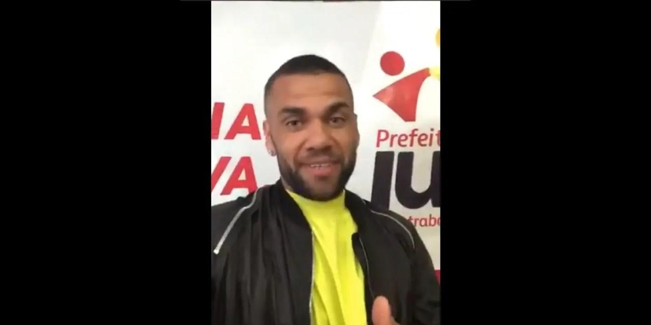 """Daniel Alves envia vídeo para o MRN e diz bem-humorado: """"Tô livre, me liga!"""""""