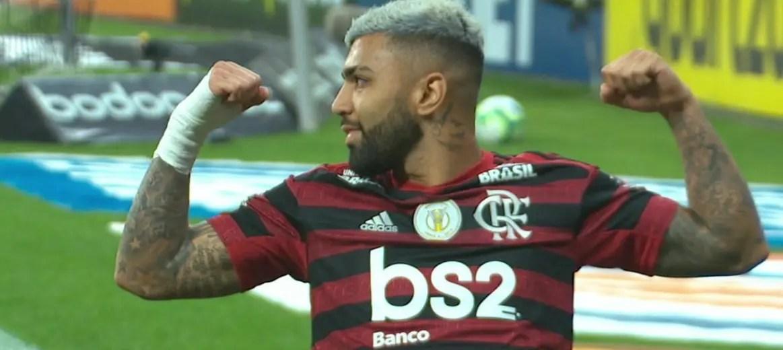 """Repórter questiona """"muque"""" de Gabigol em frente à torcida do Corinthians; atacante diz: """"Sempre comemorei assim"""""""