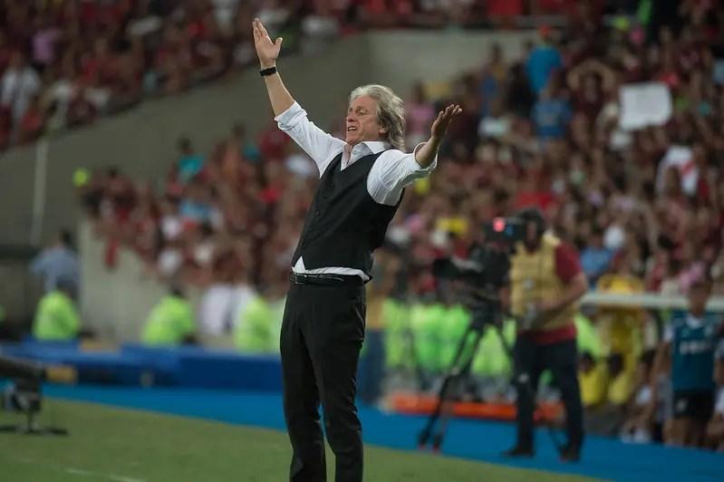 "Jorge Jesus aposenta colete, analisa o Mundial e despista sobre o futuro: ""Tudo pode acontecer"""