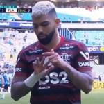 Gabigol provoca o Grêmio ao deixar o campo após expulsão