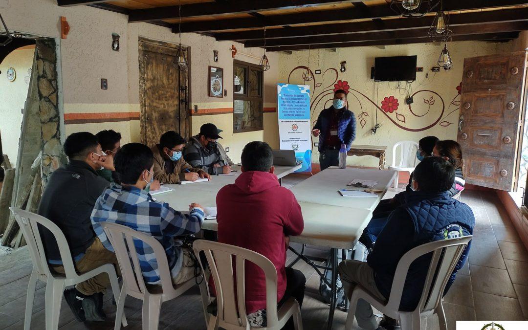 """Políticos y  funcionarios municipales del Municipio de San Antonio Sacatepéquez, San Marcos, participan en taller sobre """"Manejo integral de cuencas""""."""