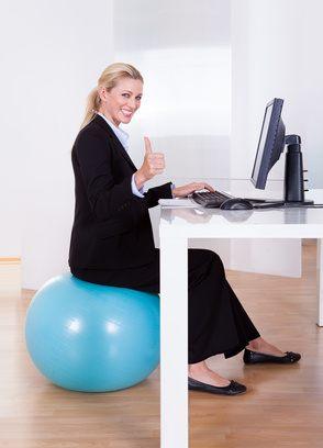 bungen w hrend sie sitzen verbrennen sie kalorien zu hause oder im b ro. Black Bedroom Furniture Sets. Home Design Ideas