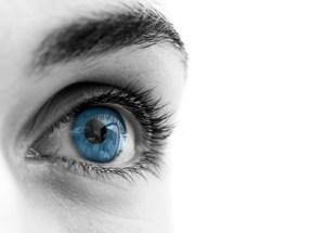 Schwarze Punkte oder Flecken im weißen Bereich des Auges