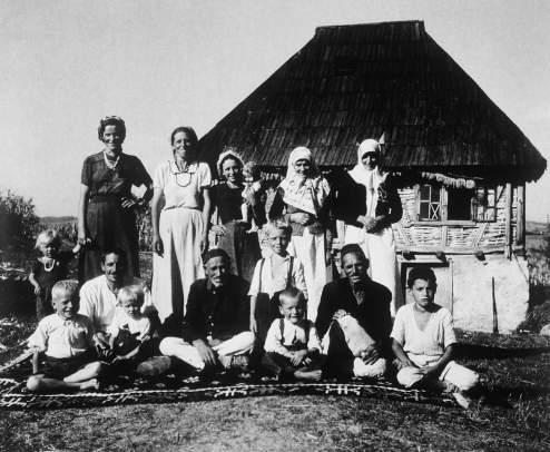 Pleme na ćilimu, 1944., autorsko povećanje, c/b, 48 x 58 cm, MUO 29475