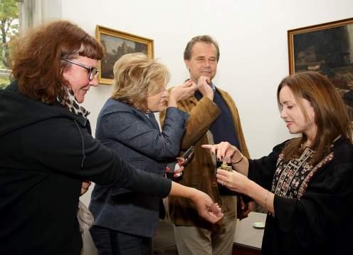 Andrea Klobučar (kustos MUO), Vesna Jurić Bulatović (marketing i PR MUO), Miroslav Gašparović (ravnatelj MUO) isprobavaju najnoviji parfem kojeg je kreirala Linda Pilkington