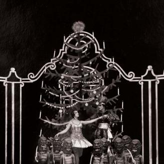 Atelier Foto Tonka - fotografija s premijere baleta Orašar, Zagreb, 1931., u sredini: Margareta Froman i Maksimilijan Froman, Arhiv Zavoda za povijest hrvatske književnosti, kazališta i glazbe HAZU